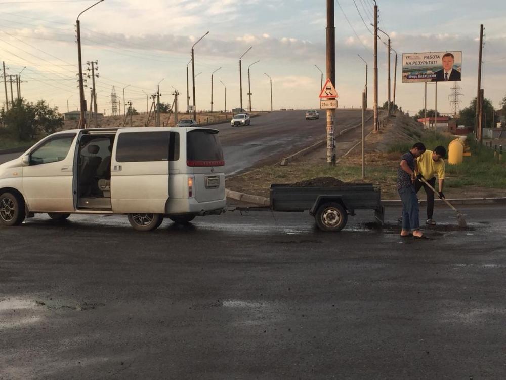 Астраханец устал ждать и взялся за ремонт дорог самостоятельно