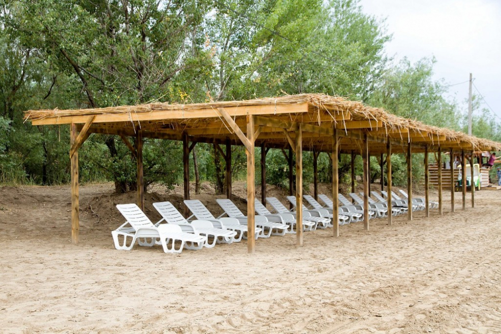 В Астрахани открыли пляж с лежаками, зонтами и горкой