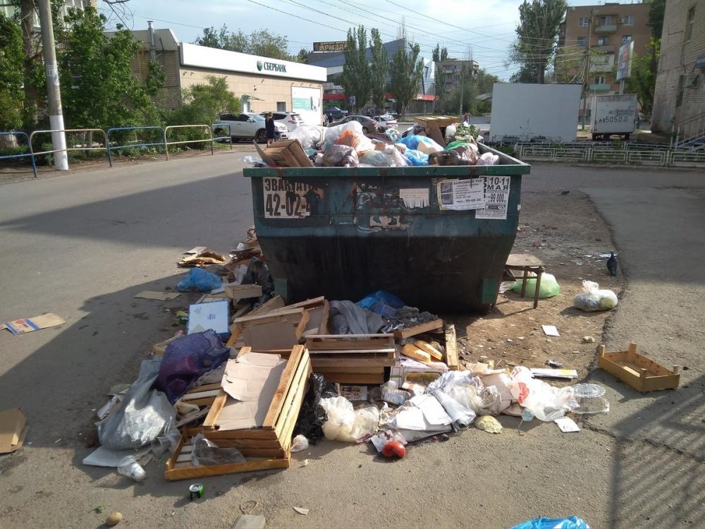 Доверху забитые мусором урны омрачили выходные астраханцев