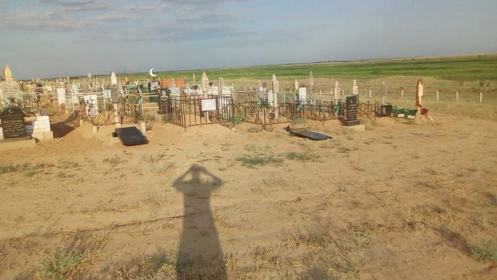В Астрахани на мусульманском кладбище вандалы сломали надгробия