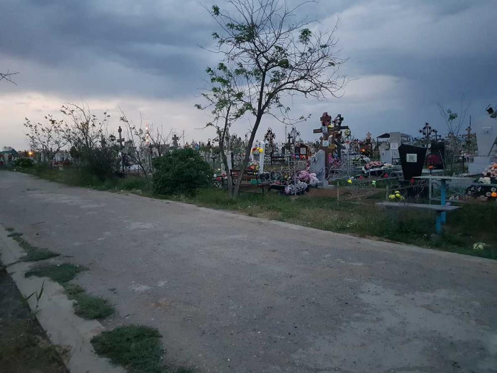 Астраханец рассказал о светящихся могилах на кладбище