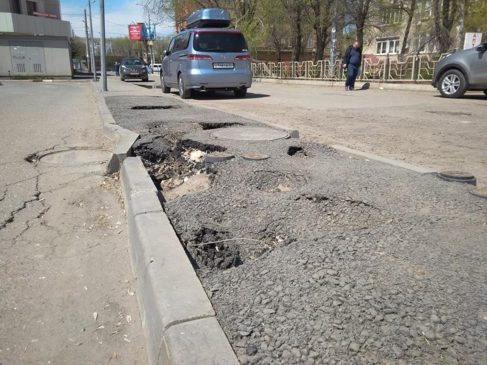 Администрация Астрахани кое-как отремонтировала асфальт после жалобы депутата