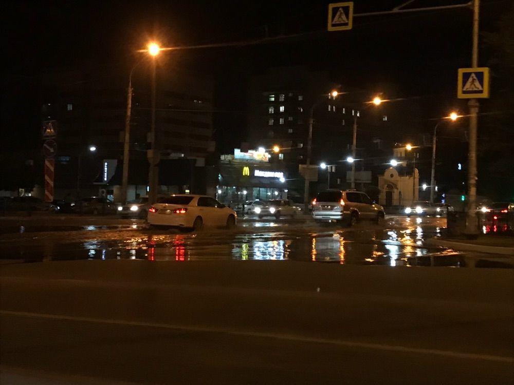 Астраханцы засняли отражение ночных огней в луже
