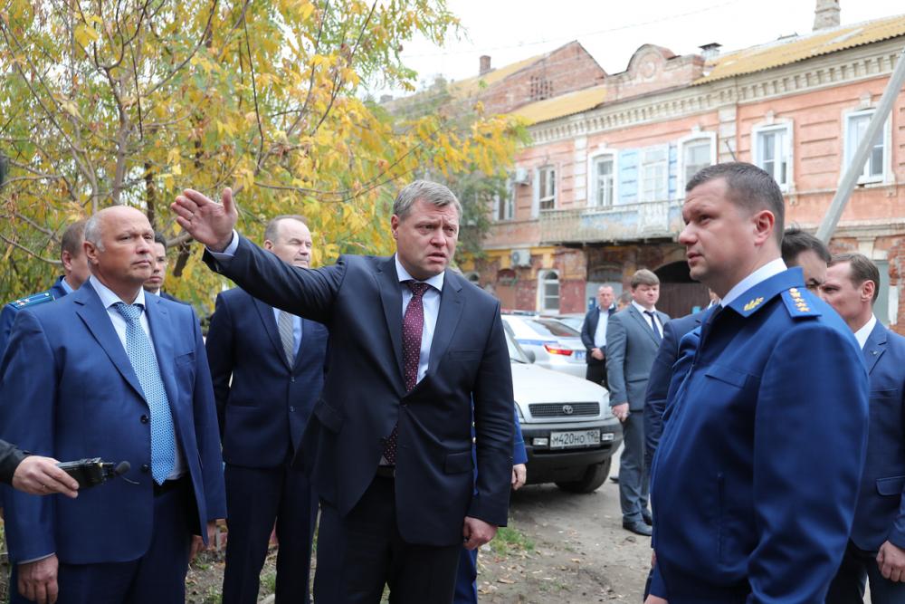 Замгенпрокурора с чиновниками вновь прогулялся по астраханским развалинам