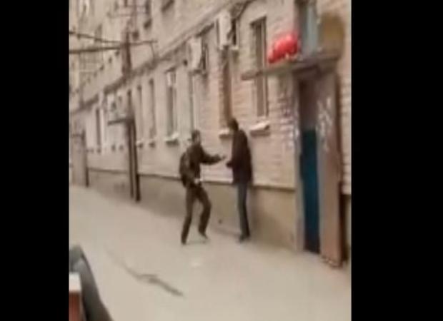 В Астрахани средь бела дня на глазах у детей зарезали человека
