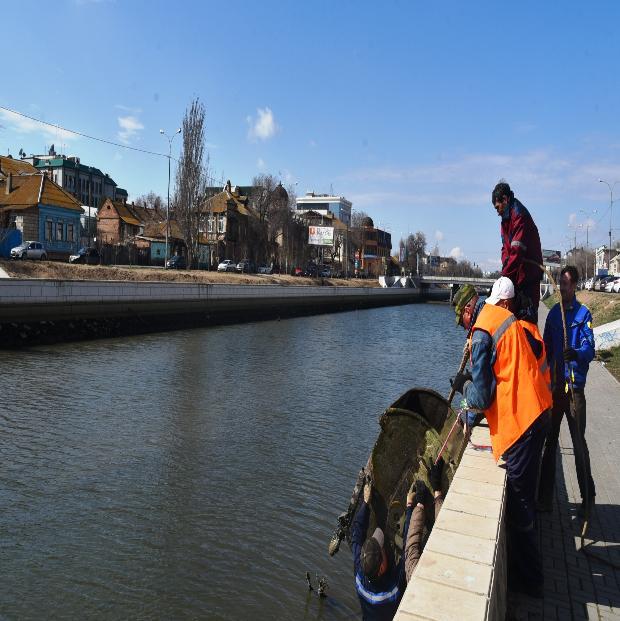 Коляски, велосипеды и мусорный контейнер: как чистят каналы в Астрахани