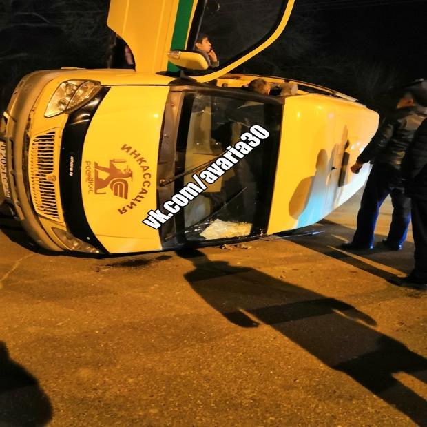 В Астрахани перевернулся инкассаторский автомобиль