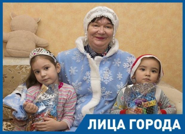 Астраханка стала приемной бабушкой для троих малышей