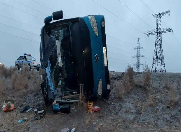 На астраханской трассе опрокинулся автобус: пятеро человек в больнице