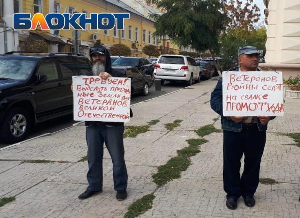 Астраханцы устроили пикет в защиту ветеранов ВОВ, которых селят на свалке