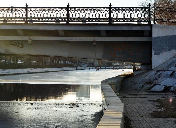 Астраханские каналы завалены мусором: городские службы бездействуют