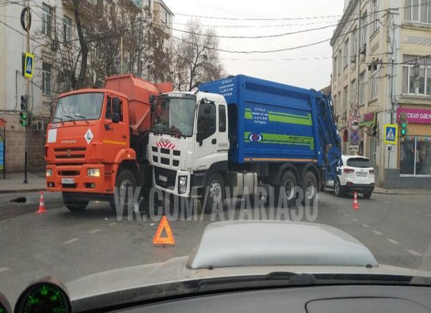 Два мусоровоза не поделили дорогу в Астрахани