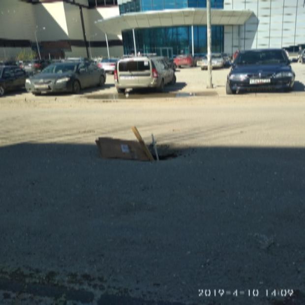 В Астрахани посреди проезжей части провалился асфальт