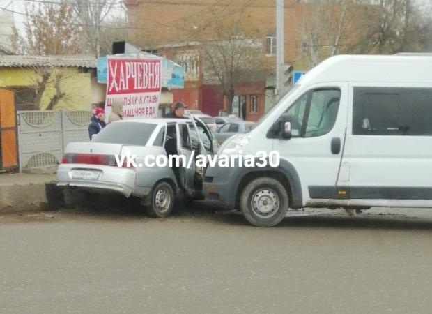 В Астрахани в результате ДТП пострадали пассажиры маршрутки
