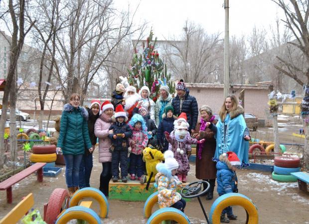 В астраханском дворе живут Дед Мороз и Снегурочка