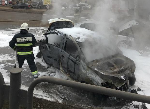 В Астрахани загорелось такси, перевозившее пассажира с ребенком