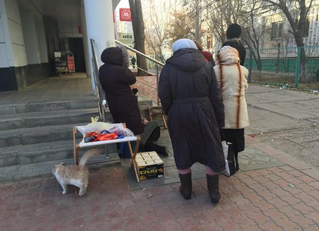 В Астрахани оставили лежать на дороге мертвую старушку