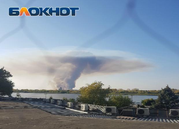 В Астрахани вырос огромный дымовой гриб
