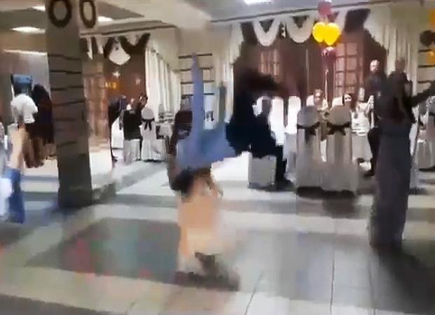 В Астрахани мужчина во время танца едва не убил девочку
