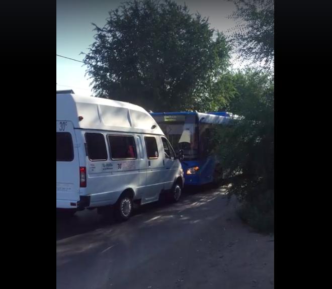 В Астрахани автобус и маршрутка на дороге устроили баранье бодание