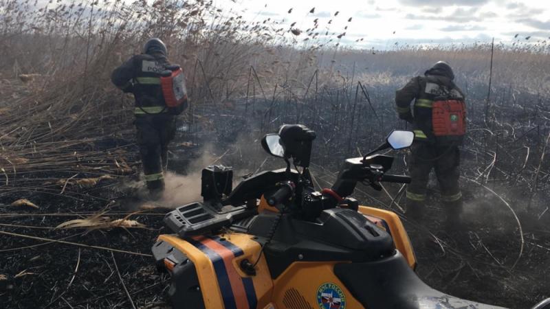 Астраханские пожарные работают в горящих степях: кадры с места событий