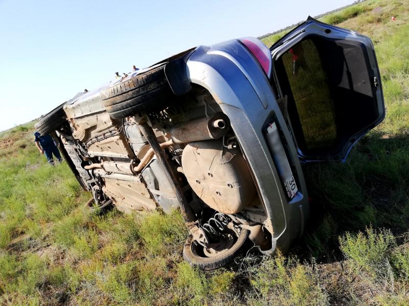 Под Астраханью мать четверых детей разбилась в чужой машине