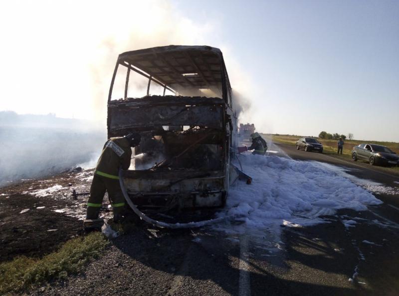 Кадры с горящим пассажирским автобусом из Астрахани попали на видео