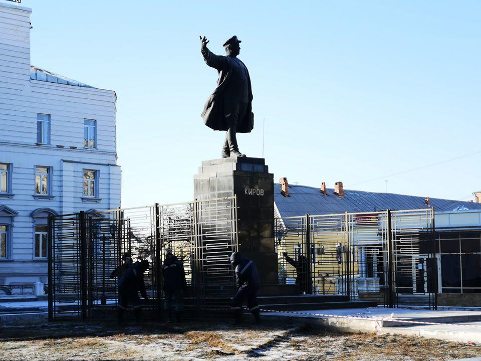 Стало известно, почему обнесли забором памятник Кирову в Астрахани