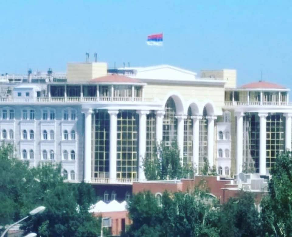 Красно-синий-белый: в Астрахани нашли того, кто неправильно повесил флаг на здание суда